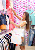 Beautiful young woman in shop — Stockfoto