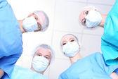 Widok z poniżej chirurgów w odzież ochronną pracy podczas operacji — Zdjęcie stockowe