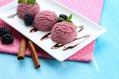 クローズ アップ テーブル上プレートでおいしいアイスクリーム — ストック写真