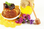 Sweet honeycombs in bowl and bank with honey on wooden table close-up — ストック写真