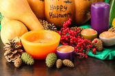 Samenstelling voor halloween met pompoenen en kaarsen close-up — Stockfoto