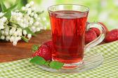 Вкусный Земляничный чай на стол на ярком фоне — Стоковое фото