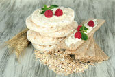Tasty crispbread with berries, on wooden table — Stock Photo