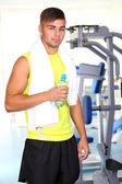Guy in gym — Stockfoto