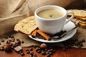 Kopp gott kaffe med läckra italienska kex, på trä bakgrund — Stockfoto
