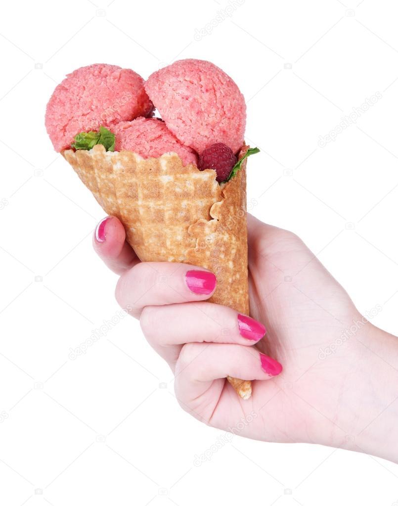 Mano sosteniendo un helado en cono waffle aislado en - Calorias de un cono de helado ...