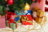 Decorated Christmas tree with gifts close-up — Stockfoto