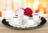 Koppar kaffe på bricka på bord i café — Stockfoto
