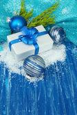 クリスマス ボール、ギフト ボックス、木製の背景の色の雪コンポジション — ストック写真
