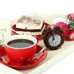 taza de té con tortas en bandeja de madera aislado en blanco — Foto de Stock