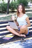 Güzel genç kız ile laptop park — Stok fotoğraf