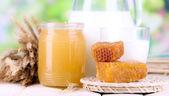 Miele e latte sul tavolo di legno su fondo naturale — Foto Stock