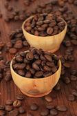 Kaffebönor i skålar på trä bakgrund — Stockfoto