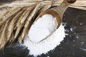 La farina integrale in scoop sul tavolo di legno — Foto Stock