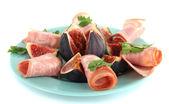 Välsmakande fikon med skinka, isolerad på vit — Stockfoto