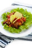 Chili corn carne - traditionell mexikansk mat, på vit platta, på servett, närbild — Stockfoto
