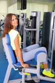 Pretty sporty girl engaged in simulator in gum — Stockfoto