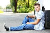 救助を待っている車の故障と道路上の男 — ストック写真