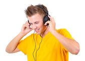 ハンサムな若い男白で隔離される音楽を聴く — ストック写真
