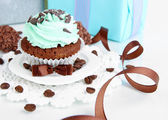 Tasty cupcake with gifts close up — Stok fotoğraf