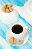 Kopp kaffe, Tekanna och socker-skål på färg trä bakgrund — Stockfoto