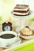 Kopp te med kakor på trä bricka på bord i rummet — Stockfoto