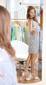 美しい女の子の部屋の背景上のミラーに近い靴をしようとしています。 — ストック写真
