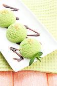 Delizioso gelato sul piatto sul primo piano tavolo — Foto Stock