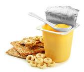 Gustosi yogurt in coppa plastica aperta isolato su bianco — Foto Stock
