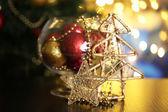 Composición de navidad en la mesa sobre fondo brillante — Foto de Stock