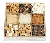 Verschiedene arten von zucker in holzkiste isoliert auf weiss — Stockfoto