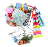 Presentes de natal no trole da compra, isolado no branco — Fotografia Stock