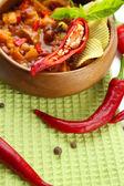 Chili corn carne - tradycyjne potrawy meksykańskie, drewniane miski, w serwetkę, z bliska — Zdjęcie stockowe