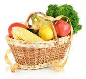 Färska grönsaker i rotting korg isolerad på vit — Stockfoto