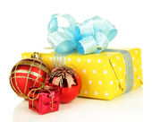 Gift with christmas balls, isolated on white — Stock fotografie