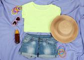 Top, šortky a pláže položky na zářivě fialovém pozadí — Stock fotografie
