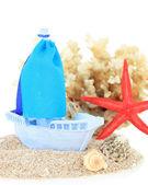 Blå leksak fartyget på sand isolerad på vit — Stockfoto