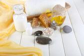 Spa, miel y leche con aceites y miel en primer plano de la mesa de madera — Foto de Stock