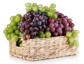 Uva matura di verde e viola in cesto isolato su bianco — Foto Stock