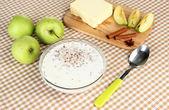 Farinata di grano saraceno con latte sul primo piano tavolo — Foto Stock