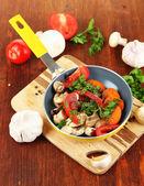 нарезанные свежие овощи в сковороду на деревянный стол крупным планом — Стоковое фото