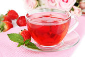 Leckere erdbeere tee auf tisch-nahaufnahme — Stockfoto