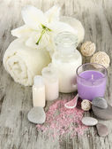Ajuste hermoso balneario con lily en primer plano de la mesa de madera — Foto de Stock