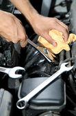 De la mano con la llave. mecánico en reparación de automóviles — Foto de Stock