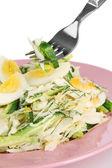 Mano de la mujer con un tenedor y sabrosa ensalada, aislado en blanco — Foto de Stock
