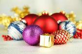 Vánoční ozdoby na šedém pozadí — Stock fotografie