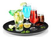 Många glas av cocktails på bricka, isolerad på vit — Stockfoto