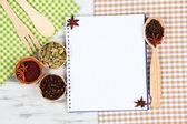 Diversas especiarias e ervas com vazio branco em branco para receita — Foto Stock
