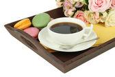 Kaffe och mandelbiskvier på bricka isolerad på vit — Stockfoto