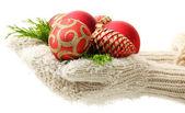 Žena ruce rukavice vánoční strom koule, na barvu pozadí — Stock fotografie